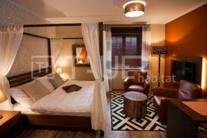 Designová ložnice ve stylu safari od TAUER habitat 6