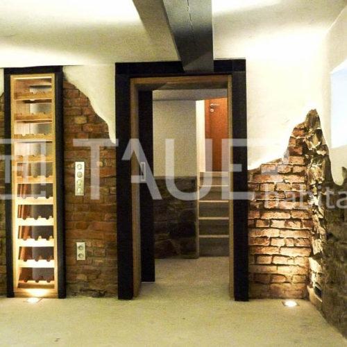Designová vinotéka ve sklepě od TAUER habitat 42